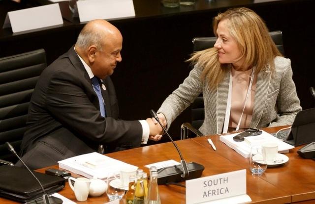 Đại diện của Tây Ban Nha, Emma Navarro bắt tay với Bộ trưởng Bộ Tài chính Nam Phi, Pravin Jamnadas Gordhan trong cuộc họp G20 và các Thống đốc Ngân hàng Trung ương tại Kurhaus ngày 17/3 tại Baden Baden, Đức. (Nguồn: Getty Images)
