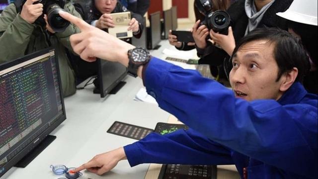 Máy ảnh ghi lại khoảnh khắc người vận hành máy nhấn nút dừng tua bin cuối cùng hoạt động tại nhà máy. (Nguồn: Tân Hoa Xã)