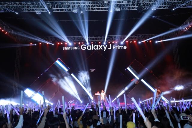 Như thường lệ, bộ đôi Dj-VJ Bình, Quân khuấy động đại tiệc âm nhạc bằng những bản re-mix cùng âm thanh, ánh sáng hoành tráng.