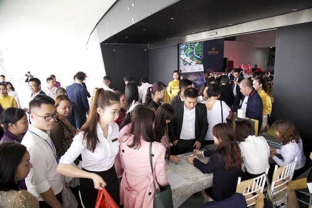 Hơn 400 khách hàng và nhà đầu tư từ Móng Cái, Cẩm Phả, Uông Bí, Bắc Ninh, Hà Nội... đã đến dự lễ mở bán chính thức dự án Mon Bay
