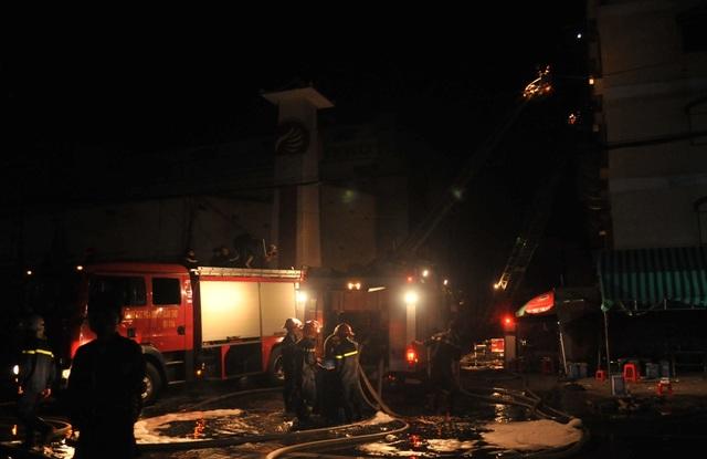 22h các chiến sĩ vẫn nỗ lực bơm nước vào đám cháy