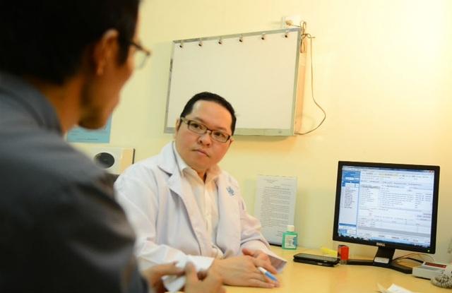 Khi thấy tinh hoàn có khối cứng bất thường thì nên tới bệnh viện thăm khám