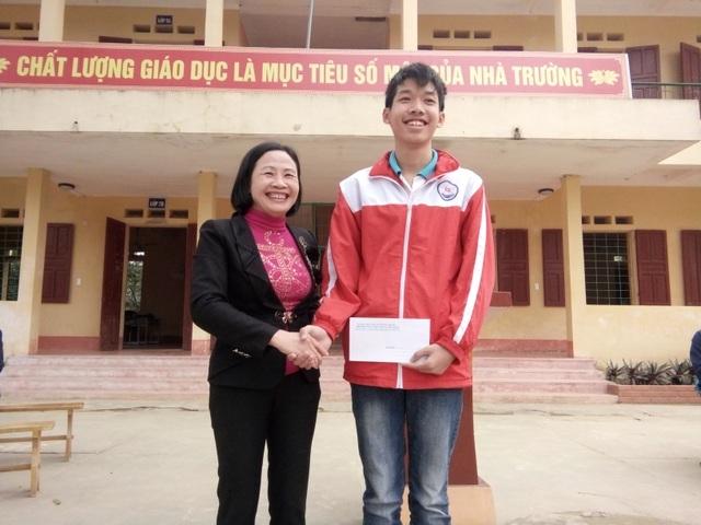 Em Ngô Nam Khánh được nhà trường thưởng nóng với thành tích đạt giải nhất HSG môn toán lớp 9 cấp tỉnh.
