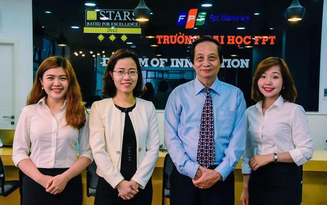 TS.Nguyễn Lê Minh (thứ 2 bên phải) và Ths.Vũ Thu Chinh (thứ 2 bên trái) cùng các cán bộ trường Đại học FPT tham gia buổi tư vấn.