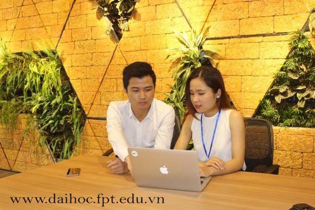 Cựu sinh viên Đại học FPT Trần Trung Hiếu - Founder & CEO Công ty cổ phần TopCV Việt Nam (trái).
