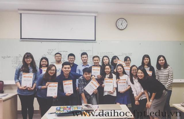 """Trần Trung Hiếu (hàng thứ 2, đứng thứ 5 từ trái sang) trong buổi giao lưu """"Định hướng nghề nghiệp"""" với sinh viên Đại học FPT."""