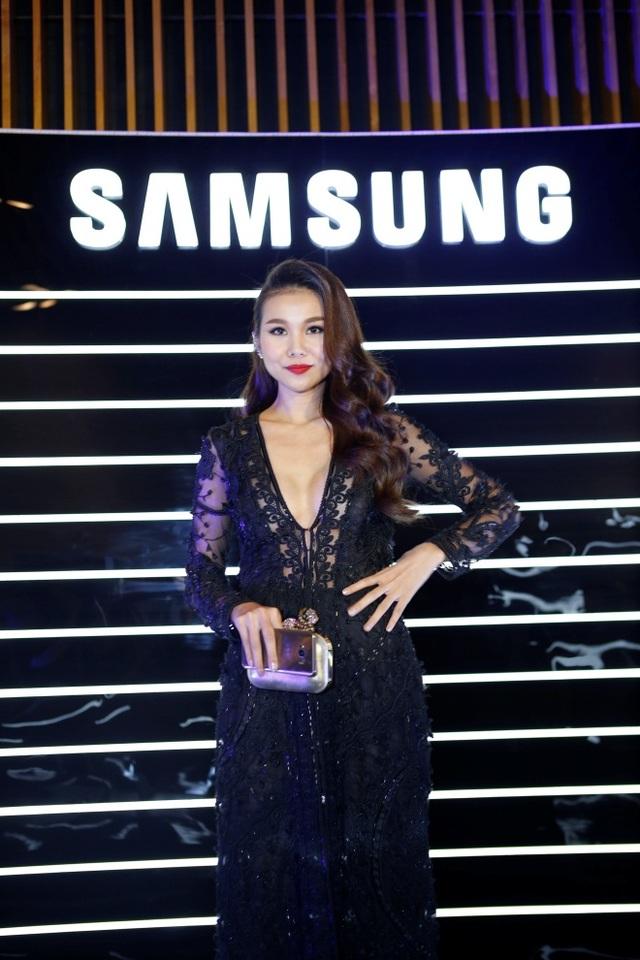 """Thanh Hằng tạo dáng cùng Galaxy S8- ngôi sao mới nhất trong """"dải ngân hà"""" Samsung."""