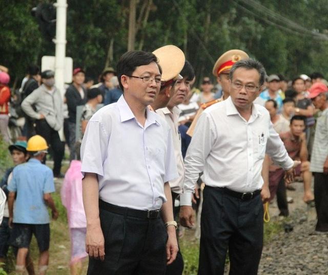 Chủ tịch UBND tỉnh Bình Định Hồ Quốc Dũng (trái) trực tiếp tới hiện trường chỉ đạo các ngành chức năng khẩn trương cấp cứu các nạn nhân và làm rõ nguyên nhân vụ tai nạn