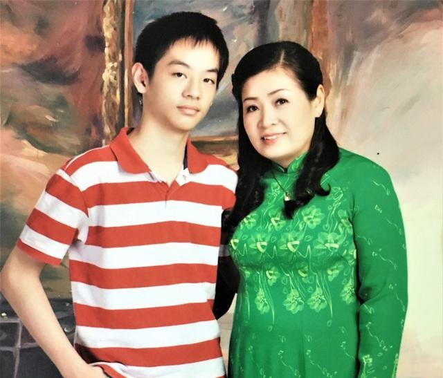 Cô Phan Thị Anh Tú cùng con trai Nguyễn Phan Anh.