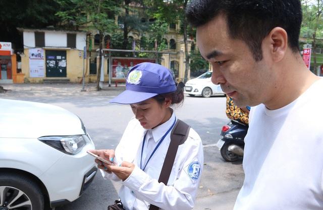 Tuy nhiên, phần lớn người dân có nhu cầu gửi ô tô trên hai tuyến phố này đều bước đầu gặp phải khó khăn và cần đến sự giúp đỡ của nhân viên trông xe. Nhiều người chưa biết phương thức thanh toán bằng điện thoại và phải nhờ nhân viên làm mẫu cho lần đầu tiên.