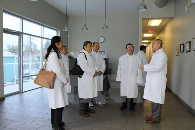 Đại sứ Nguyễn Đức Hòa nghe Giám đốc Công ty Champ's Mushrooms (ngoài cùng bên phải) giới thiệu quy trình trồng nấm sạch đạt tiêu chuẩn Bắc Mỹ. (Ảnh: Thúy Hà/TTXVN)