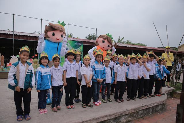 Fafa và Mimi đón chào các em học sinh tại trường tiểu học Hợp Đức, Hải Phòng
