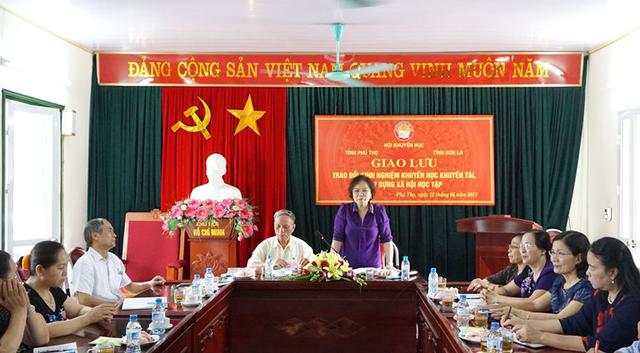 Chủ tịch Hội Khuyến học tỉnh Phú Thọ Nguyễn Thị Kim Hải thông báo tóm tắt kết quả công tác khuyến học của địa phương
