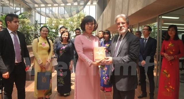 Đại sứ Lê Linh Lan tặng sách về Bác Hồ cho Chủ nhiệm khoa Kinh tế Eduardo Vega Lopez. (Ảnh: Việt Hùng/Vietnam+)
