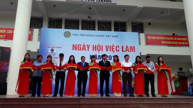 Lãnh đạo Học viện Nông nghiệp Việt Nam cùng đại diện các tập đoàn, doanh nghiệp, cơ quan cắt băng khai mạc Ngày hội việc làm 2017.