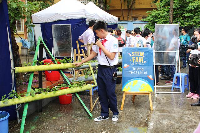 Học sinh Trường THCS Lê Lợi đang thuyết trình về dự án trồng cây thủy sinh của mình. Với dự án này, các em mong muốn giải quyết vấn đề rau sạch tại các khu đô thị thiếu diện tích đất trồng trọt.