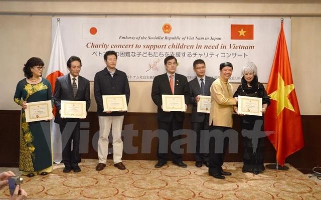 Đại sứ Việt Nam tại Nhật Bản Nguyễn Quốc Cường tặng kỷ niệm chương cho các nhà tài trợ Nhật Bản và Việt Nam. (Ảnh: Thành Hữu/Vietnam+)