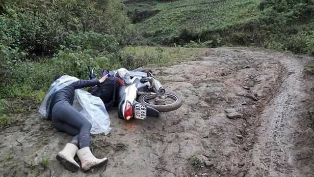 Cô giáo Mù Cang Chải ngã sõng soài trên mặt dốc trơn.