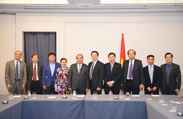 Thủ tướng cùng một số đại diện trí thức gốc Việt tại Mỹ. Ảnh: VGP/Quang Hiếu