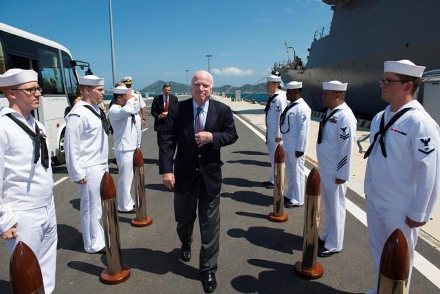 Thượng nghị sĩ John McCain III được đón chào lên thăm tàu khu trục mang tên lửa dẫn đường lớp Arleigh Burke USS John S. McCain (DDG 56).