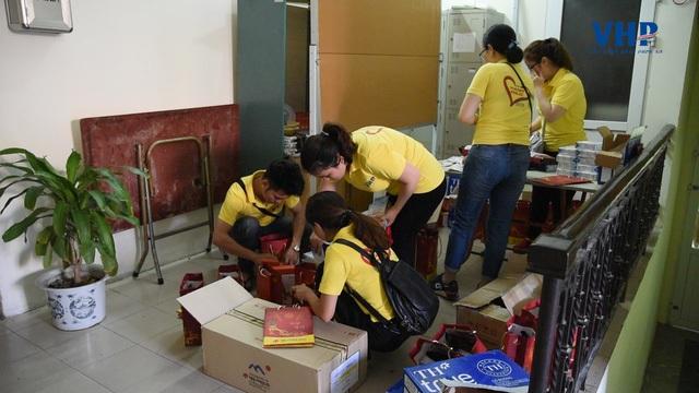 Trong chiều ngày 1/6, VHP Group đã trao tặng hơn 60 xuất quà cho các bệnh nhi đang điều trị tại các khoa phòng của viện Tim Hà Nội
