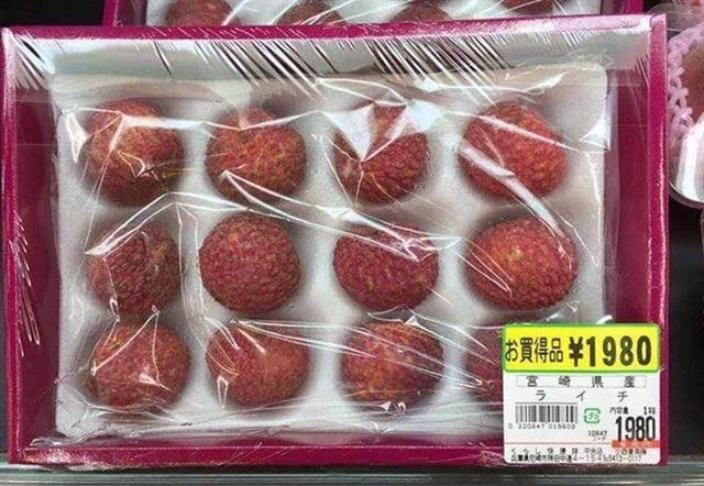 Vải thiều Việt bán tại siêu thị Nhất giá 430.000 đồng/12 quả