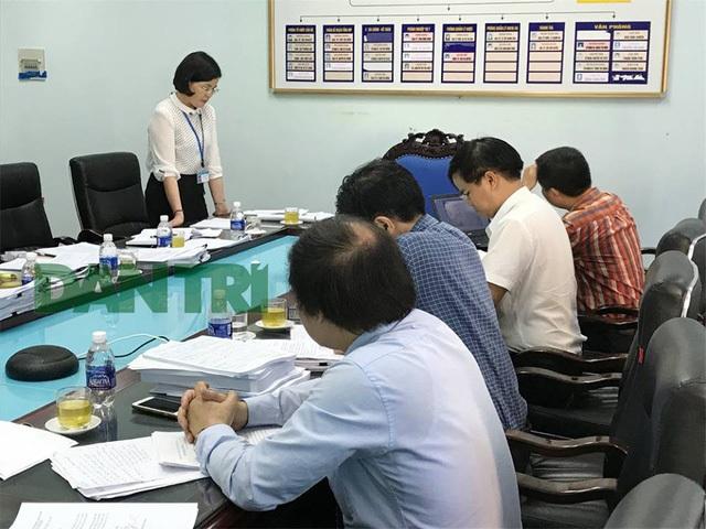 Bà Bùi Thu Hằng - Phó Giám đốc Sở Y tế tỉnh Hòa Bình (người đứng) khẳng định vụ việc là 1 thảm họa!