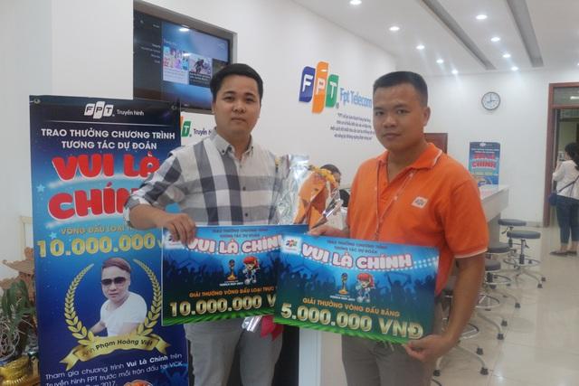 Anh Việt (trái) – chủ nhân của giải thưởng kép từ chương trình Vui Là Chính