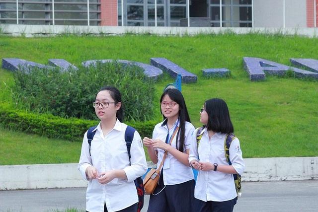 Các thí sinh mang tâm trạng khác nhau khi bước ra khỏi phòng thi.