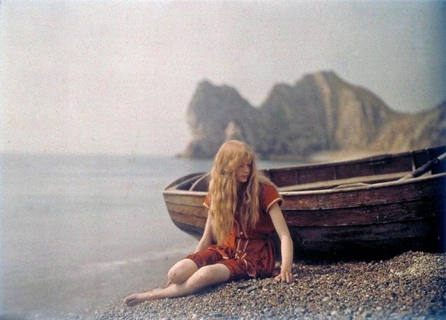 Bức ảnh Christina in Red chụp năm 1913 khiến nhiều người ngỡ ngàng vì vẻ đẹp của thiếu nữ trong ảnh cùng phong cách ăn mặc. Đặc biệt màu sắc của ảnh từ kỹ thuật Autochrome Lumière cũng thật ấn tượng.