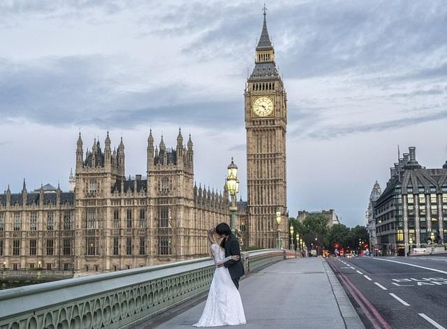 Keow và Marta hôn nhau say đắm trước tháp Big Ben, Anh