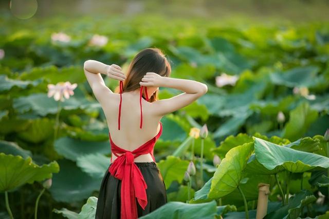 Áo yếm là trang phục được các cô gái chọn lựa nhiều hơn cả khi chụp ảnh cùng loài hoa tượng trưng cho vẻ đẹp thuần Việt này (ảnh: Huy Hoàng Đoàn).