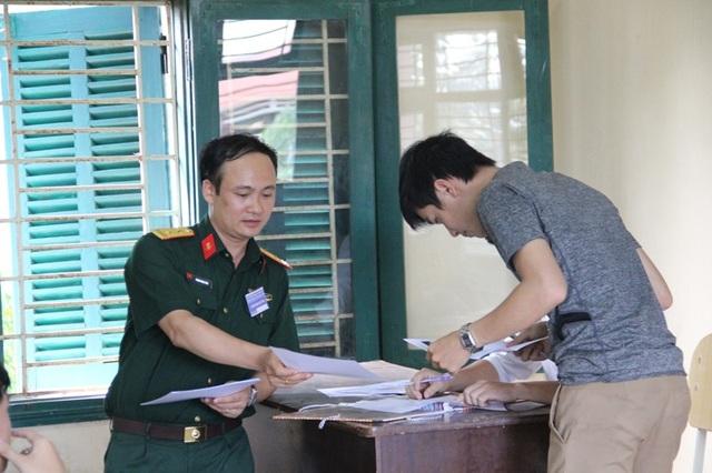 Cán bộ coi thi hướng dẫn cho thí sinh các thủ tục cần thiết trước ngày thi
