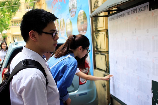 Tại điểm thi THPT Việt Đức (Hà Nội) có 500 thí sinh làm thủ tục dự thi. Trong ảnh: Thí sinh cẩn thận xem số báo danh, phòng thi.