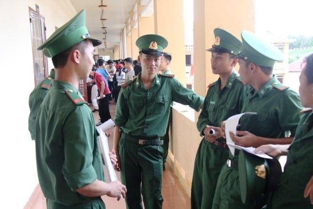 Các chiến sĩ biên phòng đang thực hiện nghĩa vụ quân sự tại tỉnh Đắk Nông khá thoải mái trước giờ làm thủ tục dự thi. (Ảnh: Dương Phong)