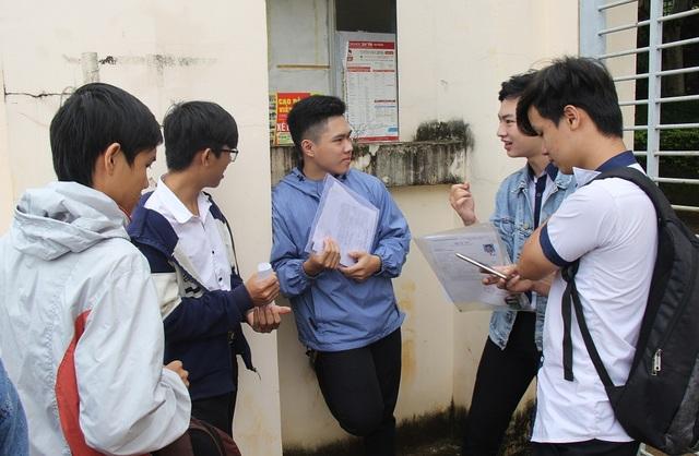 Một nhóm thí sinh bàn luận về đáp án môn Toán (ảnh: Dương Phong)