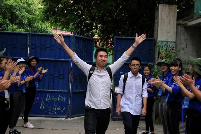 Thí sinh Trần Quang Anh, trường THPT Trần Hưng Đạo là thí sinh đầu tiên ra khỏi phòng thi. (Ảnh: Huyền Vũ)