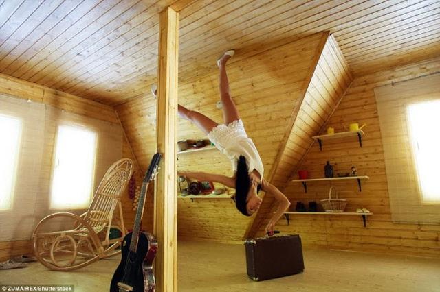 Mọi đồ vật trong ngôi nhà đều được sắp đặt ở tư thế lộn ngược với trần trở thành sàn. Những bức ảnh chụp ở đây tạo ra hiệu ứng lực hấp dẫn đáng kinh ngạc.