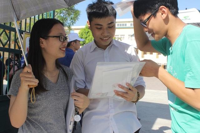 Nhận định đề thi Ngoại ngữ dễ thở, nhiều thí sinh phấn khởi rời phòng thi vì làm được bài. (Ảnh: Phượng Vũ)
