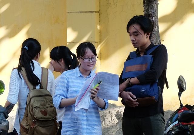 Thí sinh trao đổi tình hình làm bài sau buổi thi môn Ngoại ngữ. (Ảnh: Khánh Hiền)