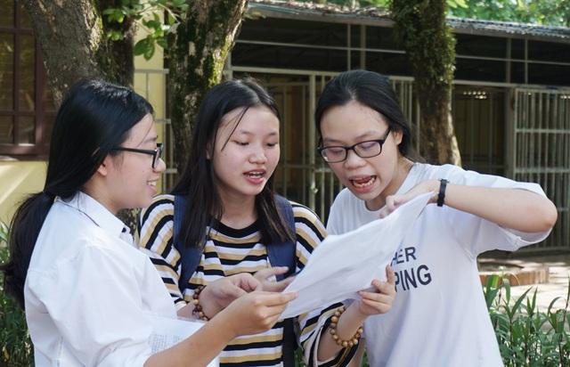 Thí sinh so đáp án sau buổi thi Tiếng Anh. (Ảnh: Hoàng Lam)