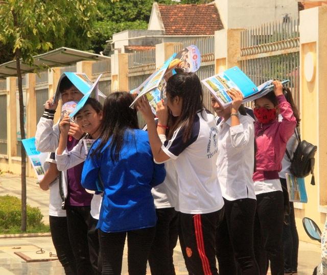 Thí sinh phấn khởi kết thúc kỳ thi tốt nghiệp THPT quốc gia 2017 tại Bình Định (ảnh Doãn Công)