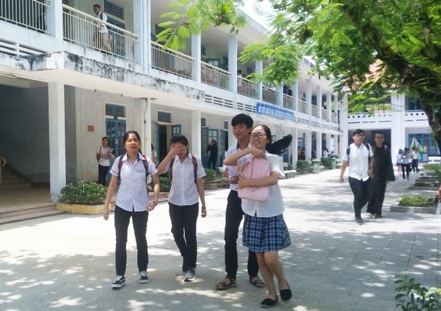 Các bạn thí sinh vui vẻ bước ra khỏi phòng thi vì đề khá dễ thở. (Ảnh: Quỳnh Nga/Đại Dương)