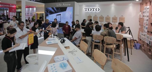 Gian hàng TOTO Việt Nam tại triển lãm Vietbuild 2017 thu hút nhiều khách tham quan với nhiều sản phẩm công nghệ mới.