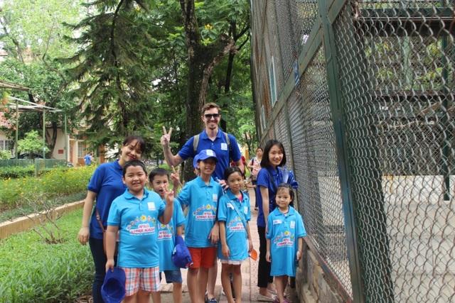 """Để """"Hoàn thành dự án cuốn sách về các loài động vật"""", các bạn học viên Apollo Xuân Diệu đã có buổi tham quan tại vườn bách thú đầy hứng khởi."""