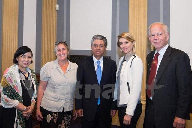 Đại sứ Phạm Quang Vinh và Phu nhân chụp ảnh với nhóm làm phim. (Ảnh: Đoàn Hùng-Thanh Tuấn/Vietnam+)