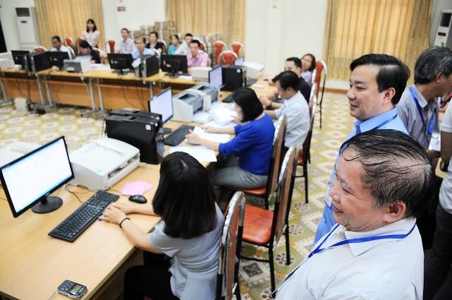 Thứ trưởng Bùi Văn Ga kiểm tra tiến độ chấm thi tại Hội đồng chấm trắc nghiệm.