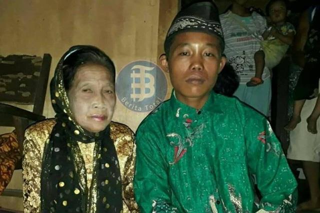 Cụ bà Rohaya và bạn trai Selamet mặc trang phục truyền thống trong ngày cưới