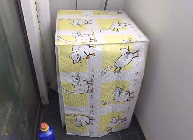 Nhân viên giao hàng tư vấn cho khách mua thêm áo máy giặt để bảo vệ máy tốt hơn với giá 150.000 đồng/sản phẩm