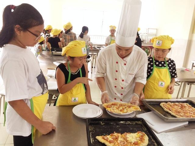 Các em thích thú học nấu ăn dưới sự hướng dẫn của đầu bếp chuyên nghiệp.